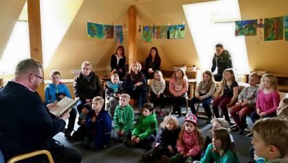 """06 Auszüge aus """"Tagebuch einer Killerkatze"""" und """"Funklerwald"""" in der Grundschule Sandhausen - Eröffnung der Schulbücherei am 20.03.2015"""